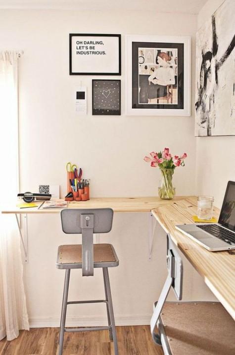 Ein schwimmender Schreibtisch und Vintage-Metallstühle für einen gemeinsamen Arbeitsbereich