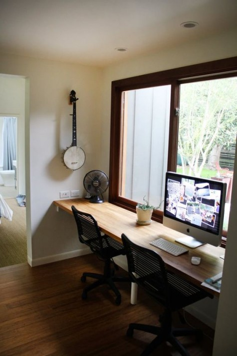 Ein schwimmender Schreibtisch am Fenster, ein paar Stühle für einen bequemen Arbeitsplatz