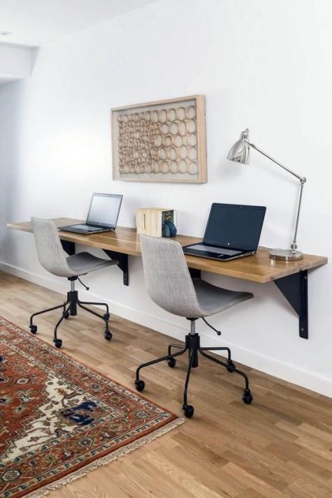 Ein schwimmender Schreibtisch, ein paar mobile Stühle, ein Kunstwerk für einen gemeinsamen Arbeitsbereich