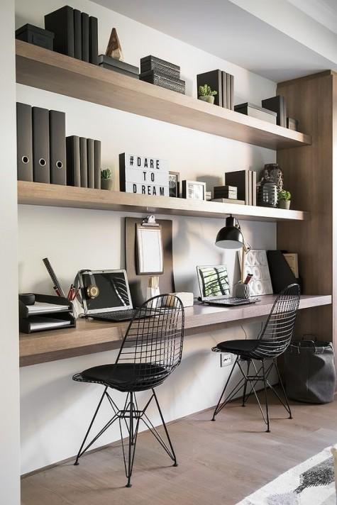 Ein minimalistischer Arbeitsbereich mit Regalen und einem dazu passenden schwebenden Schreibtisch darunter