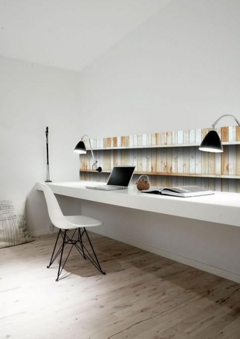 Ein minimalistisches Büro zu Hause mit einem Hauch von Altholz, einem schwebenden Schreibtisch und einem weißen Stuhl