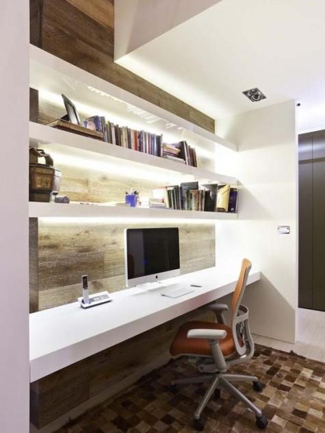 ein minimalistischer arbeitsbereich mit einer holzverkleideten wand, weißen schwimmenden regalen mit lichtern und einem passenden schreibtisch
