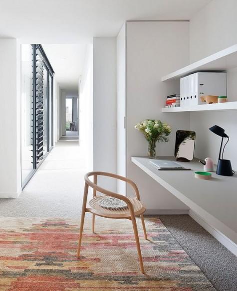eine kleine Arbeitsecke mit schwimmenden Regalen und einem passenden Schreibtisch sowie einem niedlichen raffinierten Stuhl