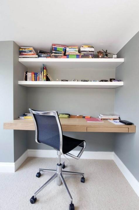 schwimmende regale und ein schwimmend hell gebeizter schreibtisch für ein komfortables modernes büro zu hause