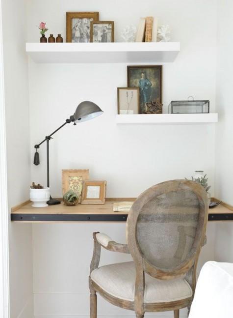 Ein eingebauter Schreibtisch aus Holz mit einigen dazu passenden Regalen sowie ein Vintage-Stuhl
