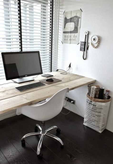 eine bequeme Ecke, ein Holzbrett, ein weißer Stuhl und eine Papiertüte für eine minimale Ecke
