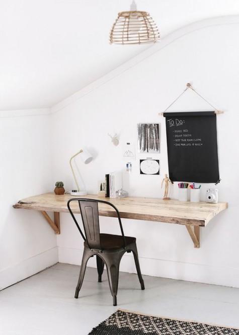 Ein schwebender Schreibtisch im Landhausstil mit einem Metallstuhl und einer Tafel zum Notieren