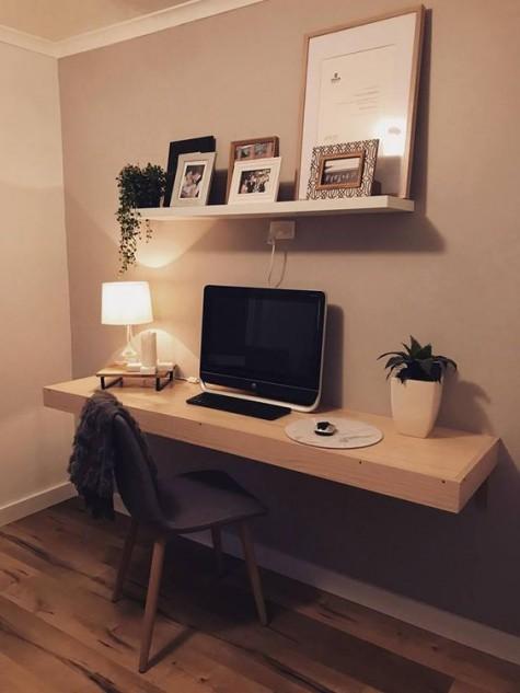 Ein schwebendes Regal und ein schwebender Schreibtisch bilden eine kleine, aber bequeme Home-Office-Ecke