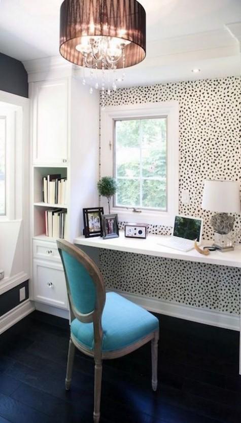 Ein schwimmender Schreibtisch am Fenster und einige Aufbewahrungsmöbel sowie eine Dolmatin-Drucktapete