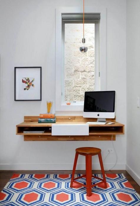 Ein schwimmender Schreibtisch am Fenster mit Stauraum, Hocker und Glühbirne