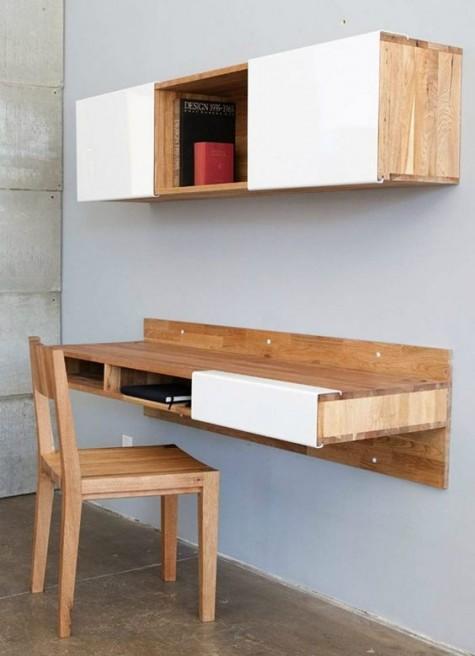 eine einfache weiße und gebeizte Aufbewahrungseinheit aus Holz sowie ein wandmontierter Schreibtisch mit geschlossenem und offenem Stauraum