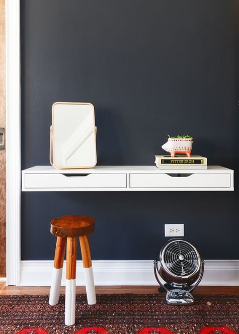 Ein eleganter, weißer, schwimmender Schreibtisch eines IKEA Alex Eby-Regals, der als Waschtisch dienen kann
