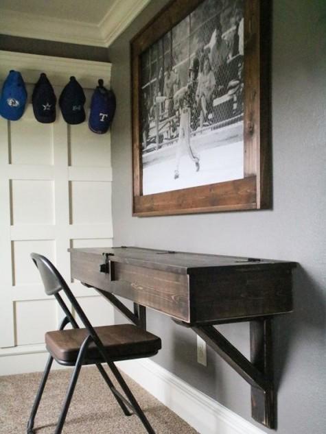 Ein Vintage-Schreibtisch aus Holz mit Stauraum und einem passenden Ledersessel für einen Vintage-Arbeitsplatz