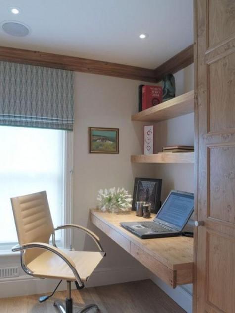 ein einladender Arbeitsbereich mit schwimmenden Regalen und einem Schreibtisch mit Minischubladen sowie einem weißen Stuhl