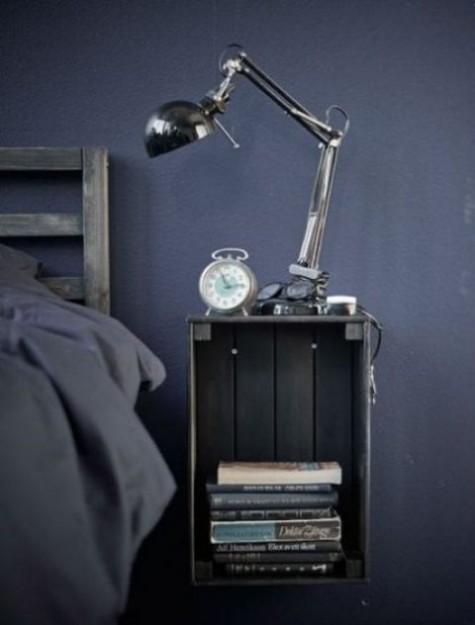 Eine grau gestrichene Knagglig-Schachtel, die an der Wand befestigt ist, bildet einen kühlen schwimmenden Nachttisch