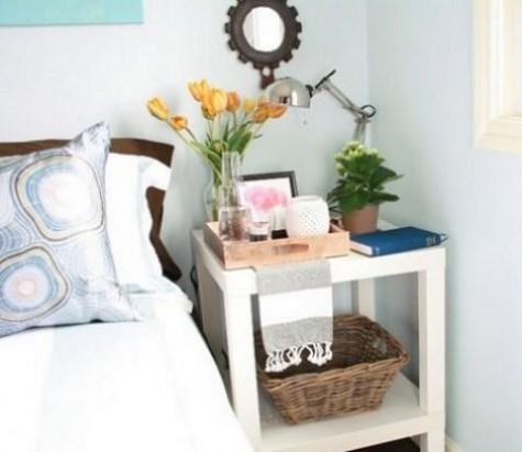 Ein stilvoller und funktionaler Nachttisch mit einigen IKEA Lack Tischen