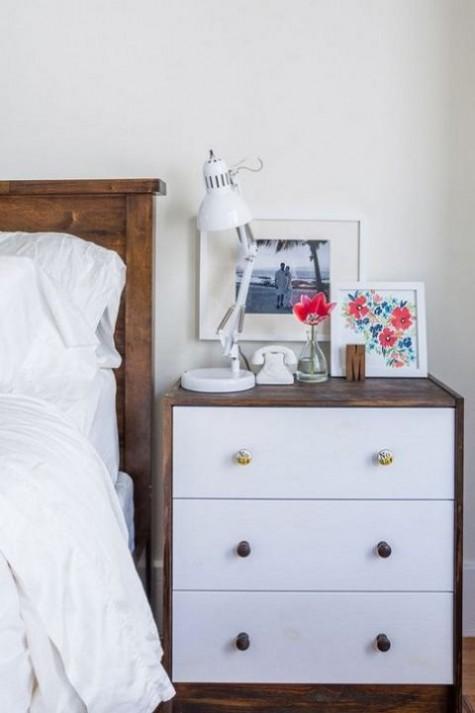 ein stilvoller IKEA Rast Hack - reiches gebeiztes Holz und schicke Knöpfe für einen kühnen Nachttisch