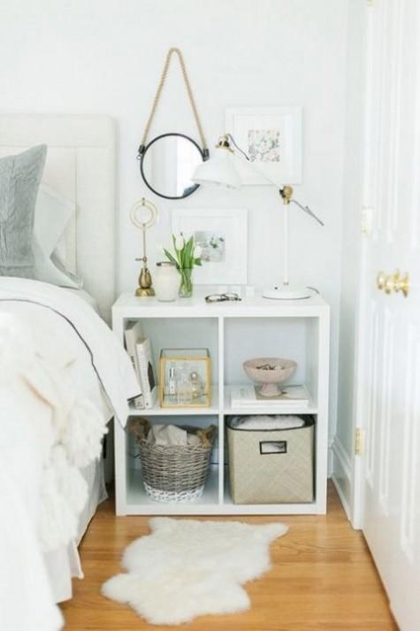 Ein IKEA Kallax Regal, das als stilvoller Nachttisch mit viel Stauraum dient