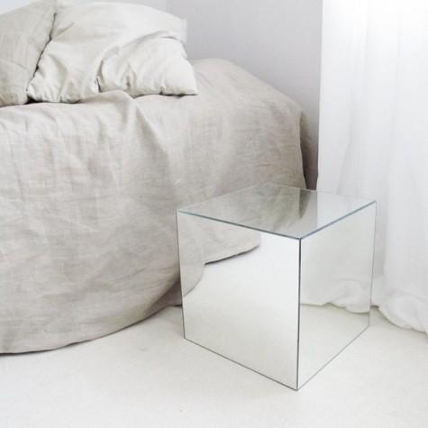 IKEA Lots Spiegel verwandelten sich in einen eleganten Nachttisch für ein Schlafzimmer