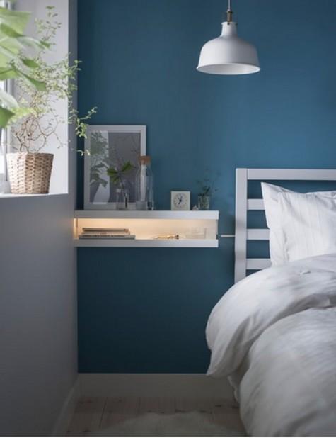IKEA Mosslanda-Leisten, die in einen schwimmenden Nachttisch mit Beleuchtung verwandelt wurden, sind ideal für ein kleines Schlafzimmer