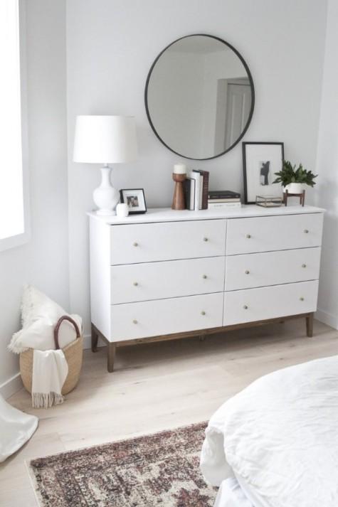 Eine schlichte IKEA Kiefernkommode, die sich in ein schickes, von West Elm inspiriertes Stück verwandelt hat