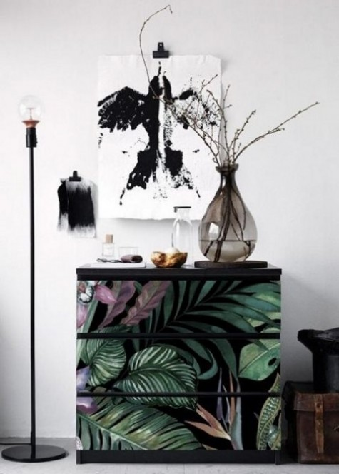 Ein einfaches Malm-Stück wird aktualisiert, indem stimmungsvolles tropisches Kontaktpapier verwendet wird, das sehr trendy aussieht