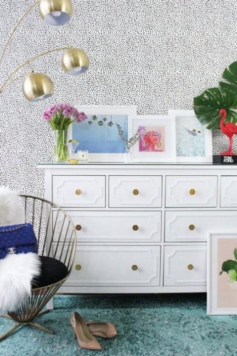 Ein IKEA Hemnes Hack mit Inlays und geometrischen Messingknöpfen sieht sehr glamourös aus
