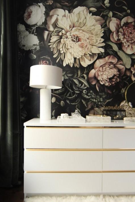 Eine mit goldenem Kontaktpapier aufgefrischte IKEA Malm Kommode sieht sehr glamourös aus