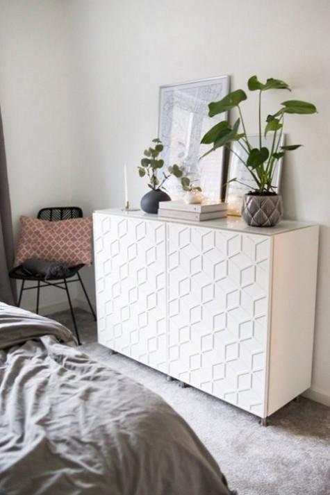 Ein IKEA Metod-Schrank, der mit modernen und auffälligen Frontdekorplatten dekoriert ist
