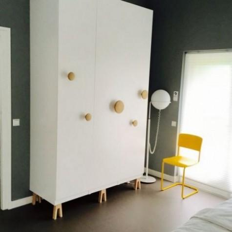 Ein IKEA Pax Kleiderschrank-Hack mit Muuto-Punkten und Superfront-Beinen sieht sehr auffällig aus