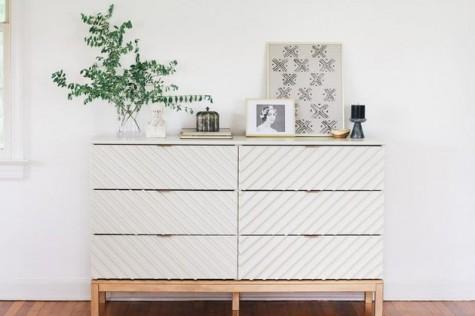 Eine mit Chevron-Platten renovierte IKEA Tarva-Kommode eignet sich hervorragend für ein Schlafzimmer