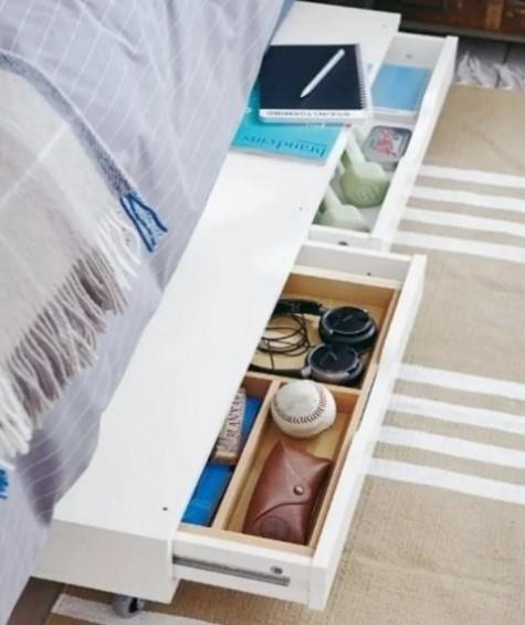 Stellen Sie ein Ekby Alex-Regal auf Rollen und rollen Sie es zur Aufbewahrung unter das Bett