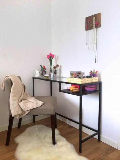 Ein schwarzer IKEA Vittsjo-Schreibtisch als Waschtisch - fügen Sie einfach einen bequemen Stuhl hinzu