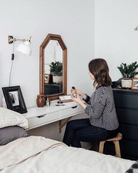 Ein IKEA Ekby Alex Regal, das als Waschtisch oder Nachttisch verwendet wird