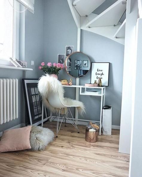 Ein IKEA Vittsjo Schreibtisch, der als Schminktisch dient - stellen Sie ihn einfach am Fenster ab