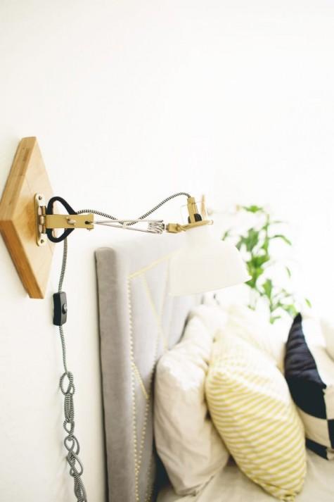 Ein mit Holz und Kordel gehackter IKEA Ranarp Wandstrahler ist eine stilvolle Wandleuchte für ein Schlafzimmer
