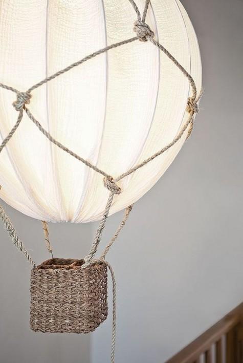 Eine wunderschöne Heißluftballonlampe mit Seil und einem IKEA Regolit Lampenschirm ist ein wunderschönes und verträumtes Heimwerkerobjekt