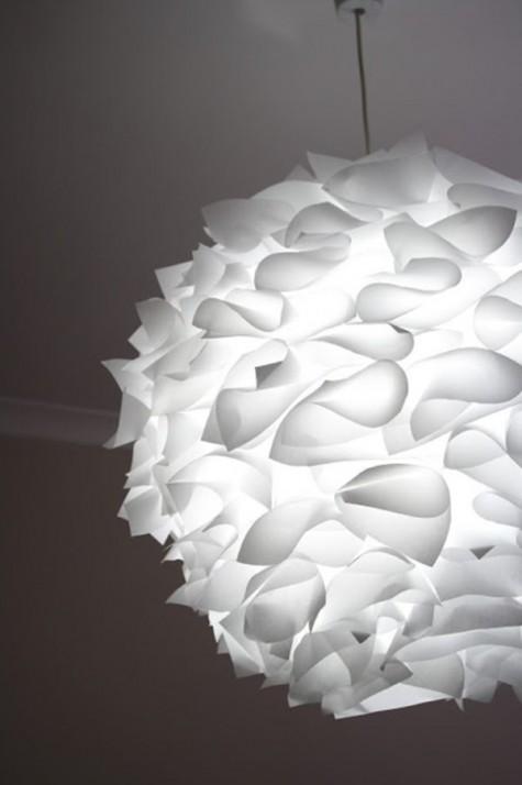 eine kreative Pendelleuchte aus einem IKEA Regolit Lampenschirm und gefaltetem und gebogenem Papier