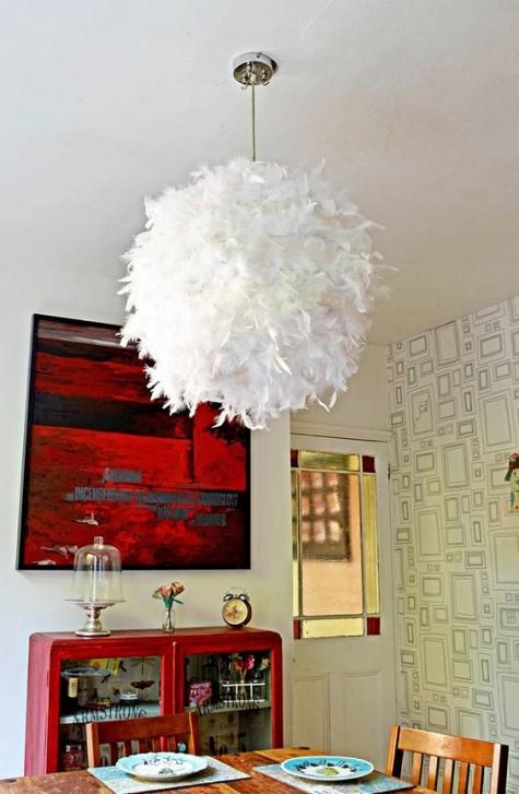 Ein Federlampenschirm aus einem IKEA Regolit-Lampenschirm, der einen Hauch von Glamour und Weichheit verleiht