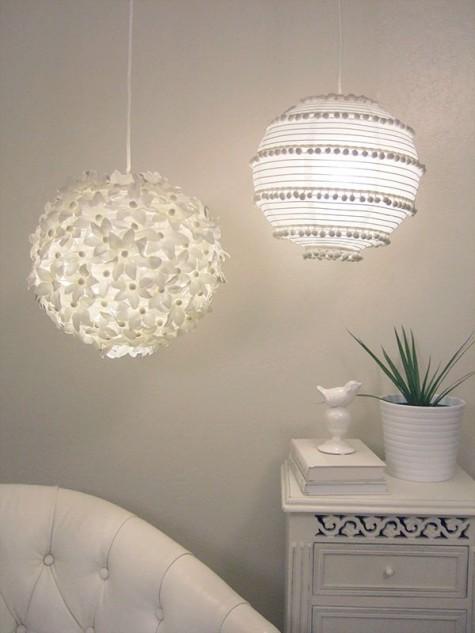 Eine florale Lampe und eine Boho-Pompon-Lampe, beide aus IKEA Regolit-Lampenschirmen