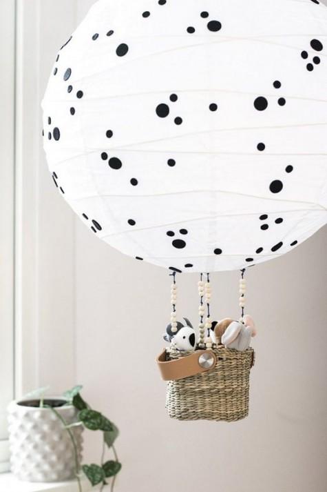 Aus einem Regolit-Lampenschirm wurde eine Heißluftballonlampe mit Tupfen und Spielzeug im Korb