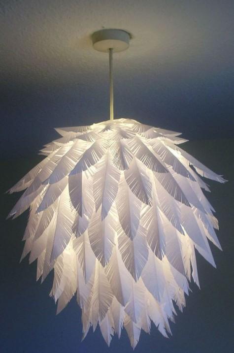 Eine Papierfeder Pendelleuchte aus einem IKEA Regolit Lampenschirm ist ein cooles DIY