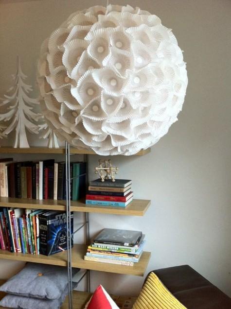 ein skulpturales Papierkugellicht aus einem IKEA Regolit-Lampenschirm und einigen Cupcake-Linien