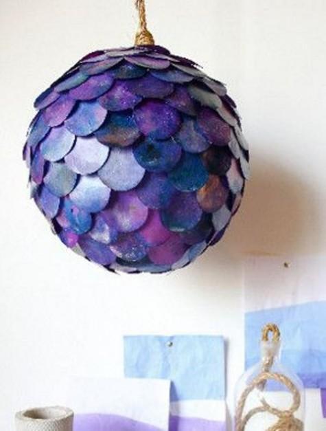 eine farbenfrohe Fischschuppen-Pendelleuchte aus einem IKEA Regolit-Lampenschirm