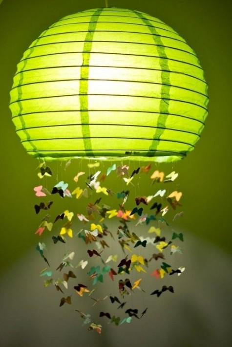 Ein bunter Regolit-Lampenschirm mit einigen Papierschmetterlingen ist ideal für den Frühling