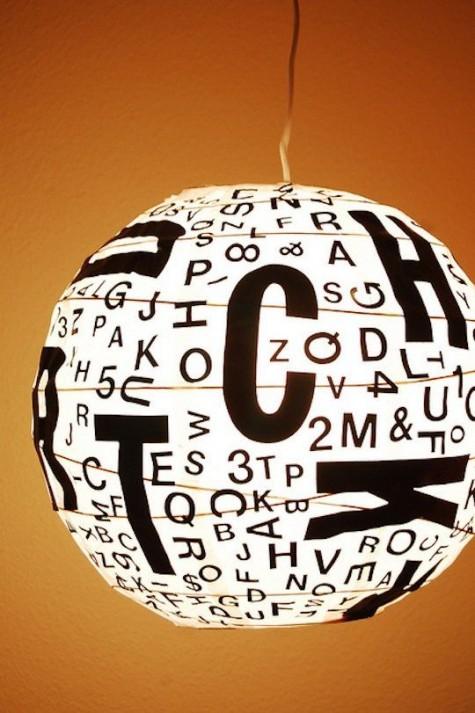 Verleihen Sie Ihrem Raum einen modernen Touch mit einem Regolit-Lampenschirm in Schwarz und Weiß