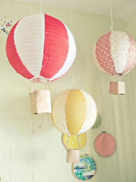 ein Arrangement von Hängelampen - bunte Heißluftballons aus IKEA Regolit-Lampenschirmen für einen kids_ space
