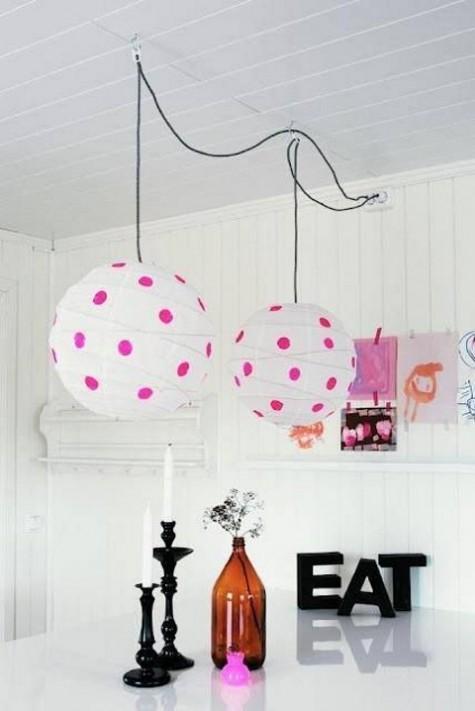Verspielte Regolit-Lampenschirme mit bunten Tupfen