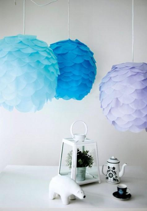 Aus Regolit-Lampenschirmen von IKEA wurden farbenfrohe Artischockenlampen mit Papierschuppen