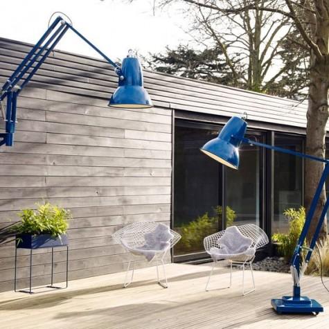 Übergroße Steh- und Wandleuchte für den Außenbereich, die eine klassische Innenleuchte imitiert
